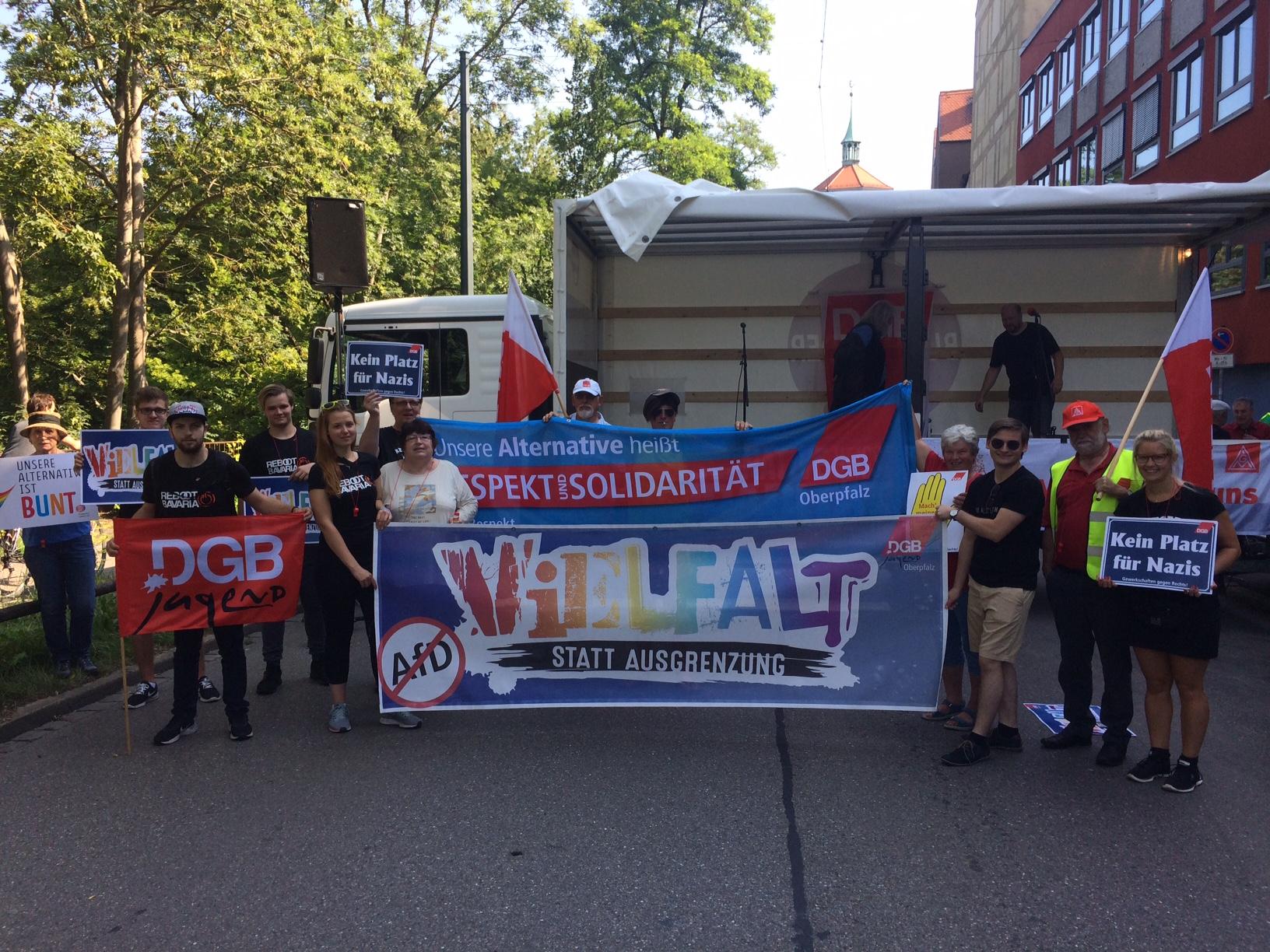 Die Kolleginnen und Kollegen aus der Oberpfalz bei der Kundgebung am Gewerkschaftshaus.