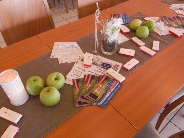 Tisch mit Flyer und Materialien