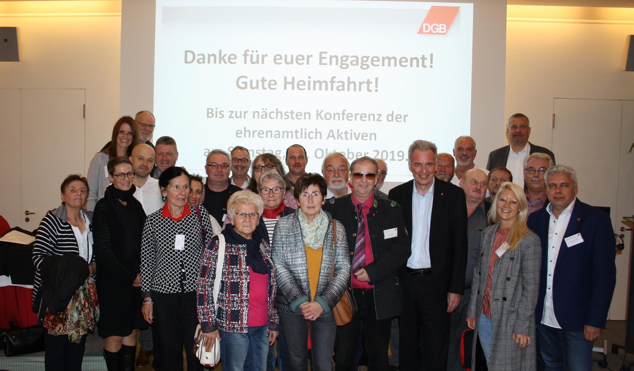 Der Vorsitzende des DGB Bayern, Matthias Jena, mit den Ehrenamtlichen aus der Oberpfalz.