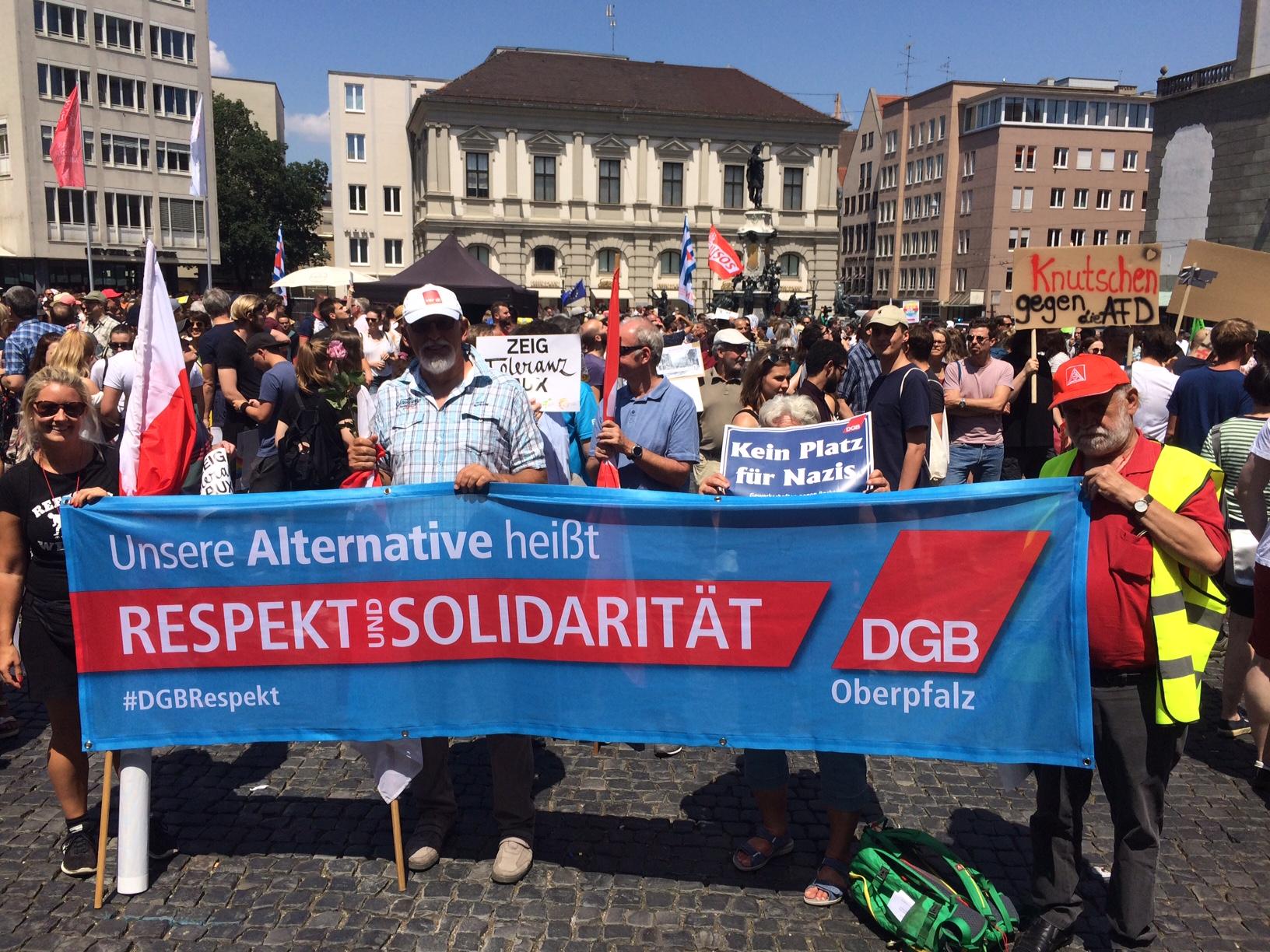 Die Kolleginnen und Kollegen aus der Oberpfalz mit 6.000 weiteren Menschen am Rathausplatz.