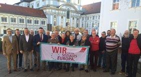 Der DGB-Kreisvorstand mit Bürgermeister Bernd Sommer (links), KV-Vorsitzendem Klaus Schuster (Fünfter von links) und Regionssekretär Peter Hofmann (Dritter von links).